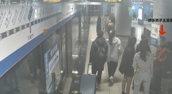 青岛地铁3号线,一男子车厢内猥亵女乘客,拘了!