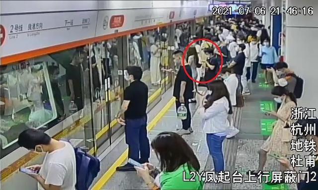 摄录机偷拍、用手故意碰女子臀部……杭州警方抓了19名地铁色狼