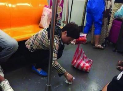 """女乘客地铁清理陌生人呕吐物 获赞""""最美乘客"""""""