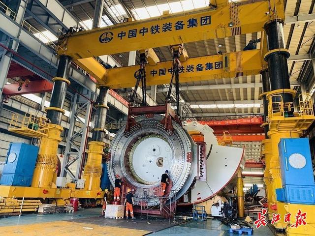 """12.56米!4层楼高的超大""""穿山甲""""在汉组装,武汉地铁首次采用国产超大直径盾构机穿越长江"""